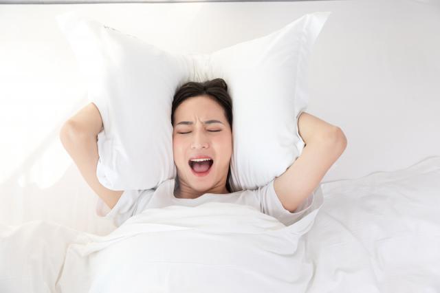 摄图网_501549777_居家女性睡觉失眠(非企业商用).jpg