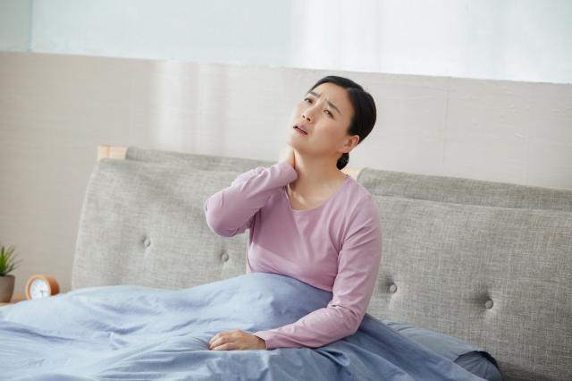 摄图网_501318679_中年女性脖子痛 (非企业商用).jpg