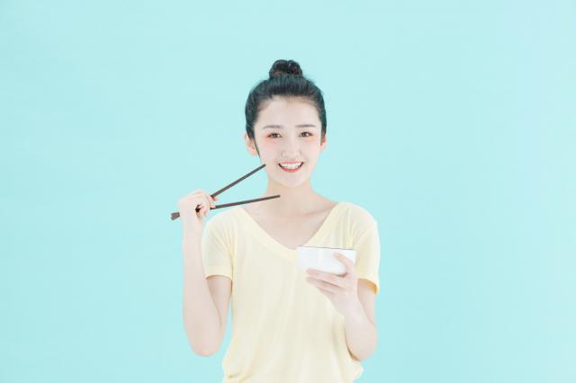 摄图网_501378415_可爱女孩健康饮食(企业商用) (1).jpg