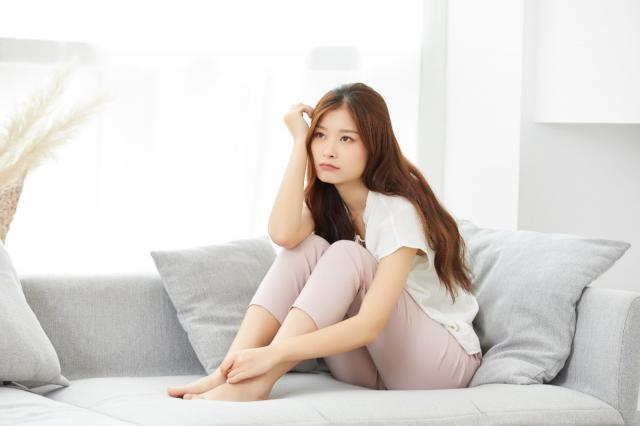 摄图网_501402722_居家女性身体不舒服(企业商用).jpg