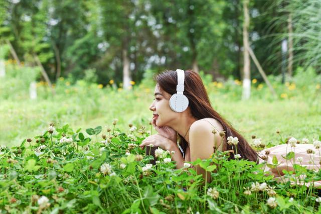 摄图网_501315146_戴耳机听歌甜美女生(企业商用).jpg