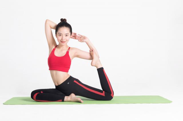 摄图网_500667774_年轻女性瑜伽垫上做瑜伽(企业商用).jpg