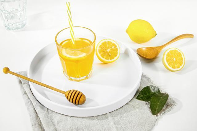 摄图网_501718655_白色桌面上的蜂蜜水(企业商用).jpg