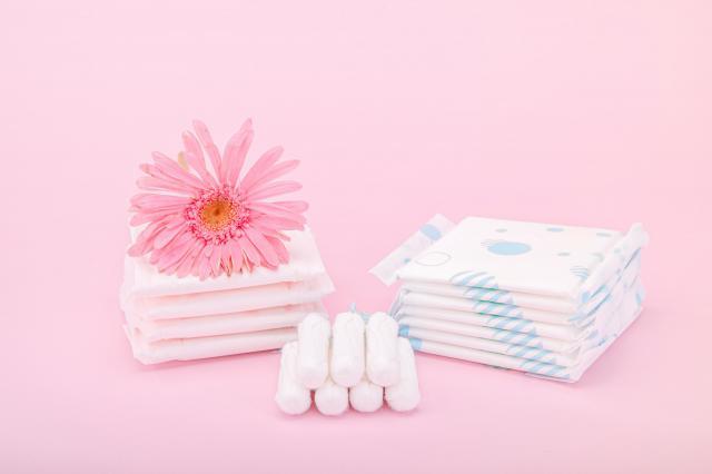 摄图网_501653732_粉色背景上的女性卫生用品(企业商用).jpg