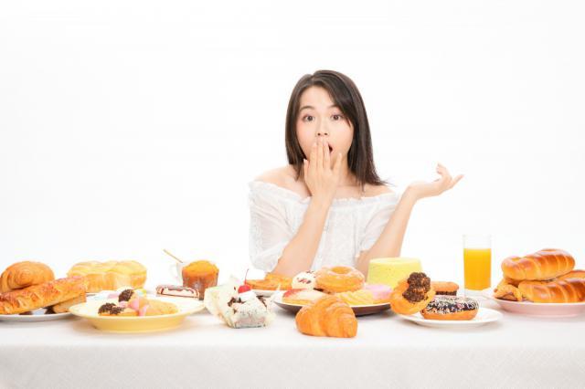 摄图网_501366862_美女吃甜点(企业商用).jpg