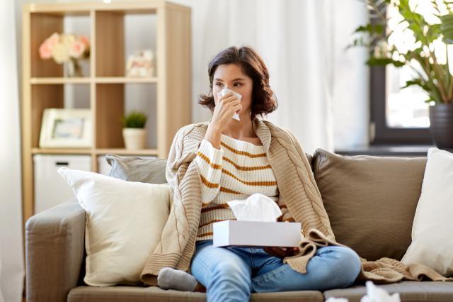 摄图网_300052658_医疗保健,寒冷,卫生人们的生病的女人家里用纸巾鼻涕生病的女人家里用纸巾鼻子(企业商用).jpg