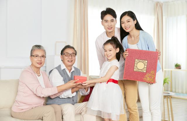摄图网_501666320_中秋一家人团聚(企业商用).jpg