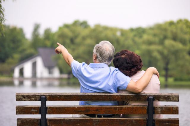 摄图网_501408190_老年夫妇坐公园椅子背影(企业商用).jpg