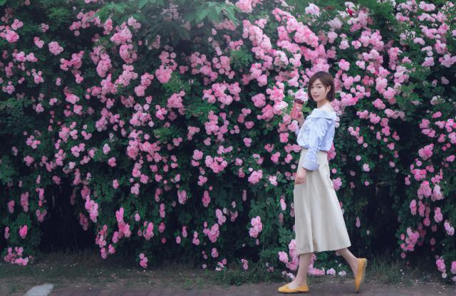 摄图网_501298721_蔷薇花与美女(企业商用).jpg