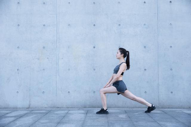 摄图网_500352940_户外运动女孩热身压腿(企业商用).jpg